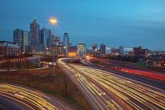 Tráfico y horizonte de Atlanta en la puesta del sol de la salida del sol Fotos de archivo