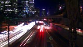Tráfico y horizonte de Los Ángeles en la noche almacen de video