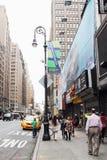 Tráfico y peatones en la 8va avenida en Manhattan Imagen de archivo libre de regalías