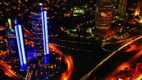 Tráfico y rascacielos de la noche Visión desde arriba Timelapse 4K almacen de video