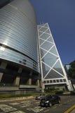 Tráfico y rascacielos en la isla de Hong-Kong imagen de archivo