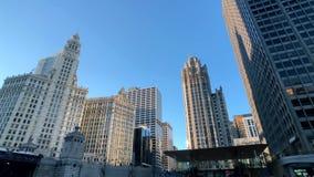 Tráfico y vistas céntricos en el tiempo del día soleado almacen de metraje de vídeo