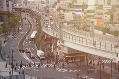Tráficos japoneses y carretera por la mañana Imagenes de archivo