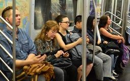 Tránsito del MTA del subterráneo de la gente del subterráneo de New York City de los viajeros que monta foto de archivo libre de regalías