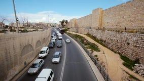 Trânsito intenso na estrada principal sobre a ponte na cidade velha do Jerusalém video estoque