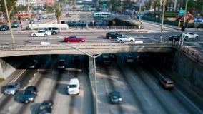 Trânsito intenso na passagem superior na autoestrada 101 em Los Angeles do centro - 4K vídeos de arquivo