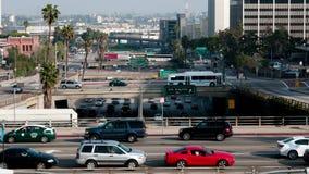 Trânsito intenso na passagem superior na autoestrada 101 em Los Angeles do centro - 4K video estoque