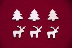 Träleksaker på röd bakgrund Träälg Deer's arkivbild