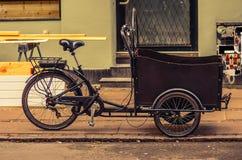 Trójkołowa rowerowy rower z koszem na ulicie Kopenhaga, Dani obrazy stock