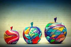 Trääpplen som målas av handen Arkivfoton