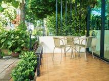 Trääta middag tabell på balkongen i morgontid Fotografering för Bildbyråer