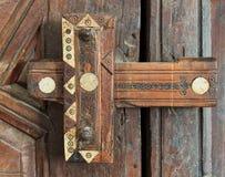 Träåldrigt utsmyckat låser över en trädörr royaltyfri fotografi