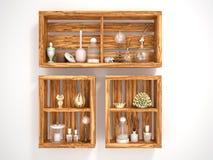 Träöppna hyllor med dekorativa objekt Royaltyfria Bilder