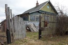 Träövergett hus i rysk by Arkivfoton