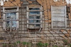 Träövergett hus i rysk by Arkivbild