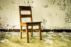 träövergiven byggande stol Arkivfoton