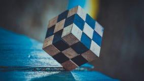 Träövning för lösning för kub för pussel för Rubik ` s fotografering för bildbyråer