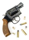 Trä behandlat lägga för kaliber för revolver 38 laddat pistol med Bulli Arkivfoto