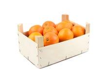 Trä boxas av isolerade apelsiner Arkivfoto