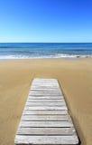 Trä däcka på strand Royaltyfri Fotografi