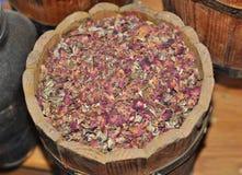 Trä en flank med kronblad av rosor royaltyfri fotografi