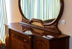 Trä för brunt för Closeuptappningspegel på skänken i rumsuddighet arkivfoto