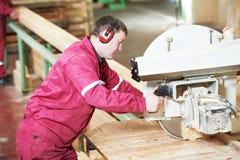 trä för cutting för carpentrycloseupkors fotografering för bildbyråer
