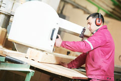 trä för cutting för carpentrycloseupkors arkivbild