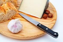 trä för platta för kniv för brödosthasselnötter Fotografering för Bildbyråer