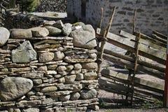 trä för staketstenvägg royaltyfri bild
