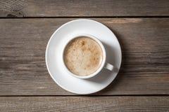 trä för tabell för kaffekopp vitt Arkivfoton