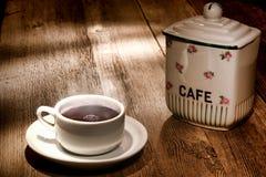 trä för tabell för varm jar för kopp för svart kaffe gammalt Arkivfoton