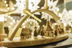 Trä handcrafted skulpterade vintergarneringar som säljs på jul, marknadsför Royaltyfria Foton