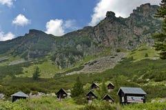 Trä-hus (bungalow) vid vila-huset Maliovitza i det Rila berg Arkivfoto
