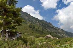 Trä-hus (bungalow) vid vila-huset Maliovitza i det Rila berg Royaltyfria Foton