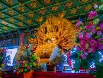 Trä inristad Tusen-hand Guan Yin på kineskyrkan i Thailand Arkivfoton
