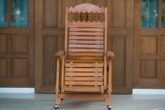 Trä koppla av stol Arkivfoton