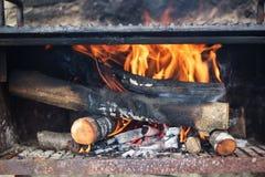 Trä loggar in brand Arkivfoton