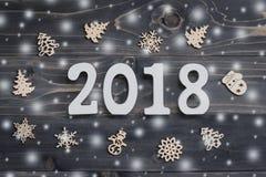 Trä numrerar att bilda numret 2018, för det nya året 2018 på r Royaltyfri Bild