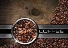 Trä- och metallbakgrund med kaffebönor Royaltyfri Bild