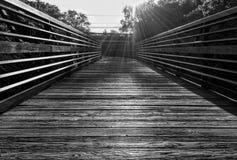 Trä- och metallbro i svartvitt royaltyfria bilder