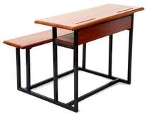 Trä- och metallskolaskrivbord Arkivfoto