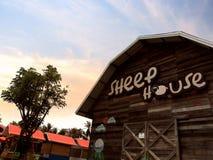 trä pattaya för sheephouselantgårdlantgård Arkivfoton