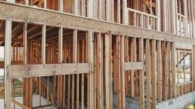 Trä per den wood bunten på en konstruktionsplats som avslöjer solinbrottet den nya grannskapen stock video