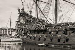 Trä piratkopiera skeppet för turister i Genova port i Italien Fotografering för Bildbyråer