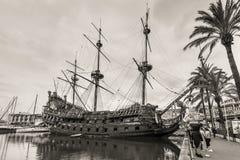 Trä piratkopiera skeppet för turister i Genova port i Italien Royaltyfri Bild