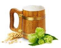 Trä råna med öl, gräsplanflygturer och vete Arkivfoton