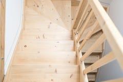 Trä sörja trappa i korridor royaltyfri foto