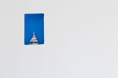 Trä segla fartygdekoren i den vita väggen Royaltyfri Bild