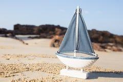 trä segla skeppleksakmodellen i havssanden Royaltyfri Foto